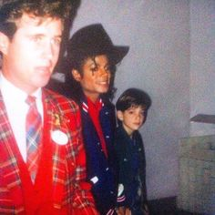I saw Michael Jackson at Disneyland in My dad took this photo of the king. Michael Jackson Bad Era, Michael Love, Janet Jackson, Michael Jackson Neverland, Handsome Kids, King Of Music, Archangel Michael, Tumblr, American Singers