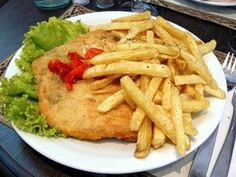 Milanesas con papas fritas Good Food, Yummy Food, Tasty, Argentina Food, Argentina Recipes, Beef Chorizo, My Favorite Food, Favorite Recipes, Argentine