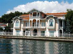 ŞEHZADE BURHANEDDİN EFENDİ YALISI II. Abdülhamid'in oğlu Abdülaziz tarafından 1911'de satın alımış. 64 odalı bina 1912'de  yeniden yaptırmış. Şehzade, Osmanlı Hanedanı'nın son reisi olan Ertuğrul Osman Efendi'nin de babasıydı.  Erbilgin ailesine ait yalı 150 milyon dolara satılık. Bu fiyatıyla dünyanın en pahalı on evinden biri olarak gösterilmişti. Amcazade ve Kıbrıslı Yalıları'ndan sonra en uzun rıhtımlı yalılardan. Mısırlılar Yalısı olarak bilinir.