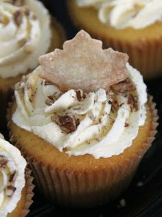 Butter pecan cupcakes filled with pecan pie filling and topped with vanilla pudding frosting and pie crust! Butter pecan cupcakes filled with… Mini Desserts, No Bake Desserts, Just Desserts, Delicious Desserts, Yummy Food, Delicious Dishes, Fall Desserts, Pecan Pie Cupcakes, Yummy Cupcakes