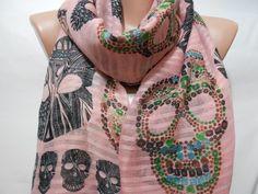 Skull Scarf Shawl, Pink Cross Bones Scarf, Oversize Skull Cowl Scarf Beach Wrap Pareo Women's Fashion Accessory Gift ideas For Her ScarfClub op Etsy, 14,33€