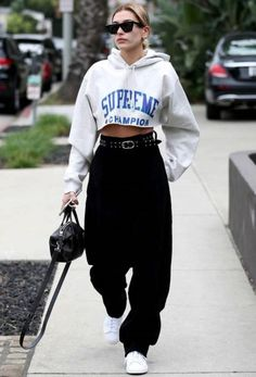 Fashion Tips For Teenagers Hailey Baldwin - jogger - jogger - vero - street-style.Fashion Tips For Teenagers Hailey Baldwin - jogger - jogger - vero - street-style Italian Street Style, Look Street Style, Model Street Style, Tomboy Street Style, Urban Street Style, Urban Street Wear, Tomboy Style, Mode Outfits, Trendy Outfits