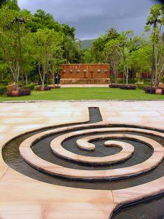 Fuente en espiral, en un jardín japonés, en Chiang Mai, Tailandia.
