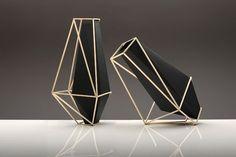 Vase à facette avec exosquelette par Martin Azua. Réalisé en argent, la structure extérieure soutient l'armature à l'intérieur.