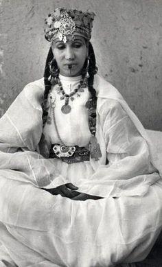 Femme en tenue de fête dans la vallée du Dra Maroc