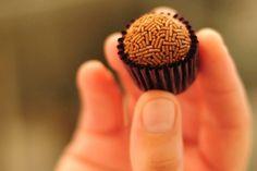 Dezesseis passos para fazer o brigadeiro perfeito - Fotos - UOL Comidas e Bebidas Chocolates, Sweet Party, Cake & Co, Jewish Recipes, Candy Party, Candy Recipes, Chocolate Recipes, Yummy Food, Favorite Recipes