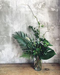 Have a look at this superb tropical flower arrangements - what an innovative style and design Tropical Centerpieces, Tropical Flower Arrangements, Greenery Centerpiece, Wedding Table Centerpieces, Flower Centerpieces, Tropical Flowers, Floral Wedding, Wedding Flowers, Arte Floral