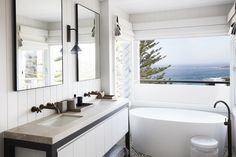 An inviting coastal bathroom, Bilgola Beach House by Justine Hugh-Jones Design is a finalist for Best Residential Bathroom Design in this year's Belle Coco Republic Interior Design Awards. Coastal Bathrooms, Beach Bathrooms, Coastal Living Rooms, Beach Cottage Style, Coastal Cottage, Coastal Style, Beach House, Interior Design Awards, Beach Cottages