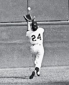 """Willie Mays (New York Giants) making """"The Catch"""" to rob Vic Wertz (Cleveland Indians) of a hit in Game 1 of the 1954 World Series. Baseball Series, Baseball Star, Giants Baseball, Baseball Photos, Baseball Players, Baseball Gloves, Army Football, Baseball Wall, Baseball Classic"""