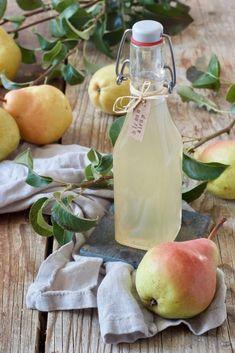 Birnensirup Rezept - Birnensirup selber machen ist ganz einfach. Der Birnensirup schmeckt verdünnt mit Wasser, er kann aber auch zum Verfeinern von Sekt verwendet werden.. // homemade pear simple syrup recipe - quick and easy to make. #birnensirup #rezept #einkochen #pears #syrup #pearsyrup #pearsimplesyrup #recipe #sweetsandlifestyle Easy Smoothie Recipes, Easy Smoothies, Quick Recipes, Slushies, Cocktail Drinks, Healthy Drinks, Food Inspiration, Food And Drink, Marmalade
