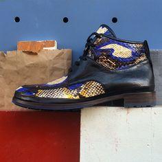 Boots Xavier en serpent camouflage bleu, bientot sur l eshop de #jourferieparis #wintershoes #snake #menshoes #womenshoes #cityshoes #graphic #frenchstyle