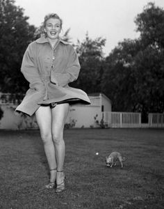 Marilyn Monroe in the garden of Johnny Hyde Josefa with her dog, a chihuahua Photographs of Earl Leaf in Mai 1950.
