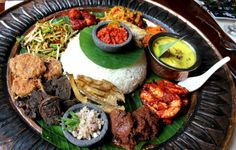 Nasi Ambeng BY MAMANDA. Feast like kings on a huge platter of tantalizing authentic Malay feast day dishes! Thai Takeaway, Indonesian Cuisine, Indonesian Recipes, Pork Bacon, Good Food, Yummy Food, Asian Recipes, Ethnic Recipes, Malaysian Food