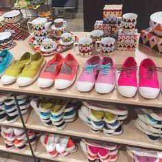 Lacets dorés ou pattes mexicaines pailletées ? Pimpez vos tennis avec les nouveaux lacets et pattes mexicaines en vente sur notre e-shop et dans nos boutiques #new #pimpmytennis #relooking #tennis #lacets #bensimon