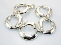 #Pulsera de Plata de Ley con circulos anchos. Espectacular diseño elaborado en Plata de Ley 925 lisa. Se compone de cinco eslabones en forma de circulo con cierre que simula un eslabon de unión. Es una pulsera de tamaño grande que no pasará inadvertida y que puede combinar con gran variedad de joyas de plata lisa que ponemos a su disposición en nuestra joyeria online.   Medidas:  18,3 Cm. de longitud y  3,1 Cm. de ancha.