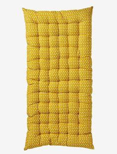 Ein Hingucker, der zum Träumen verleitet: die weiche Bodenmatratze mit Sternen ist ideal zum Hinlümmeln, Lesen, Spielen oder Kuscheln. Besonders schick wird die Kuschelecke, wenn Sie Kinderzimmer Matratzen mit unterschiedlichen Mustern kombinieren. Produktdetails:Bodenmatratze: Bezug: Serge, reine Baumwolle, nicht abnehmbar. Füllung: 100 % Polyester. Polstersteppung. 60 x 120 cm  Höhe 5 cm. Allover bedruckt. Weitere Bodenmatratzen mit anderen Dessins sind separat erhältlich.;