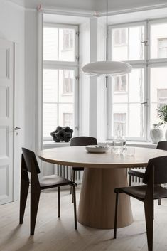 Home sweet home Stockholm Apartment Styled by Lotta Agaton Design. architecture Agaton Apartment Design Home Lotta residential Architectural Style Stockholm Styled sweet Visual Round Dining Table, Dining Room Table, Dining Chairs, Dining Rooms, Lounge Chairs, Room Chairs, Kitchen Dining, Interior Desing, Interior Inspiration