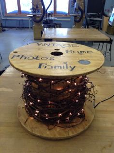 A throwaway wire spool from your local electrician makes a great table for your cabin or sun room. Stencil a few words and add grapevine with lights (with brown wire) and it adds just the right background light to the corner of your room. Cable Spool Tables, Wooden Cable Spools, Wire Spool, Ideas Cabaña, Craft Ideas, Electrical Spools, Craft Shed, Diy Recycling, Cable Reel
