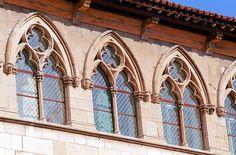 CLUNY Fondée en 911 par Guillaume d'Aquitaine, son développement se fait en trois paliers : Cluny I consacré en 926, Cluny II consacré en 981 et Cluny III, démarré par Saint Hugues de Semur et consacrée par Pierre le Vénérable en 1130. Longue de 187m, l'abbatiale était la plus vaste église de la chrétienté