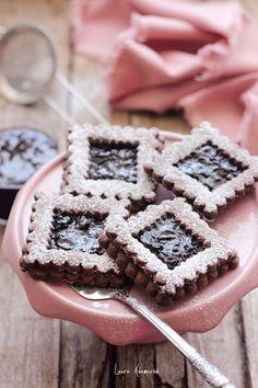 Biscuiti de ciocolata cu gem de cirese detaliu platou Waffles, Kiss, Tasty, Snacks, Breakfast, Desserts, Food, Morning Coffee, Tailgate Desserts