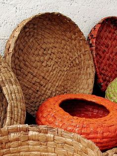 make woven baskets from daylily leaves