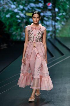 Nithya Reddy at Lotus Make-Up India Fashion Week spring/summer 2020 Kurti Designs Party Wear, Kurta Designs, India Fashion Week, Lakme Fashion Week, Pakistani Fashion Casual, Indian Fashion, Stylish Dresses, Fashion Dresses, Fashion Top