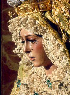 Nuestra Señora de la Esperanza Macarena de Sevilla, la guapa. Dicen que la estatua la esculpió el imaginiero cordobés Juan de Mesa, el mismo que esculpió el Señor del Gran Poder sevillano, basándose en la semejanza de rasgos de los rostros de ambas estatuas.