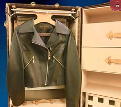 Mais tout dans son ensemble lui va ! W.shortnewsbytheglamorpolice.com  ❥ Did you know ? we heart it ! Don't Forget To Follow ➵ https://instagram.com/hadrien.alexander/ See the city through the eyes of a Parisian ghost – #luxury #hit #wanderland #leather #truck #jacket #details #lifestyle #woman #stylish #parisian #outfit #instacool #cloth #beautiful