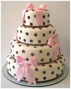 Bruin met roze stippen en strikken. wedding cake with chocolate polka dots and pink bows