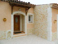 La façade de cette maison a été décorée en partie avec l'enduit qui recrée la pierre, Decopierre®. On note tout particulièrement l'encadrement de la porte !