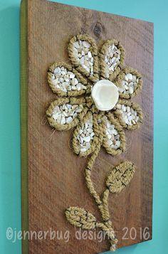 Shell Art - Shell Flower auf Altholz x 14 von JennerbugDesignCo auf Etsy Seashell Projects, Seashell Crafts, Beach Crafts, Shell Flowers, Rock Flowers, Stone Crafts, Rock Crafts, Diy Wall Art, Diy Art