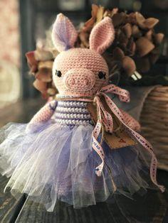 Easy Amigurumi Tutu Tutorial • Le Petit Saint Crochet Crochet Bear, Crochet Books, Crochet Animals, Tulle Poms, Tulle Tutu, Pom Poms, Knitting Projects, Crochet Projects, Tutu Pattern