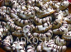 Kávové rohlíčky s bílou polevou Christmas Goodies, Christmas Baking, Czech Recipes, Baking Recipes, Nutella, Sweet Tooth, Deserts, Brunch, Food And Drink
