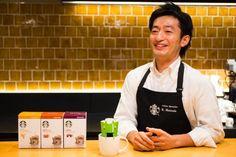いわずと知れたコーヒーショップ、スターバックス。現在日本では全ての都道府県にスタバができており、全国でその味を楽しむことができます。おそらく多くの人が緑色のエプロンをつけたスタッフに接客をしてもらったことがあると思います。しかし!通な人はワンランク上の接客をしてもらっていることをご存知でしょうか?実は緑色のエプロンの他にも、黒色のエプロンをつけた「ブラックエプロンバリスタ」なる人もいるんです。今回はそんなワンランク上のブラックエプロンバリスタの正体を探っていこうと思います。
