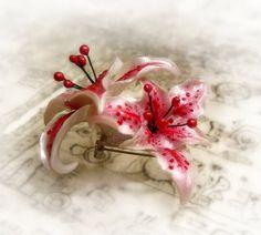 Stargazer lily pendant, polymer clay flower. €22,00, via Etsy.