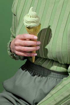 Minnie always coordinated her elastic-waist pants with her ice cream.