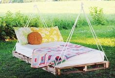 """DIY: pallet swing bed one of my b.'s (jennifer) her husband (dale), made her a """"bad-ass"""" chair/bed swing in her tree in the yard! Its totally awsome! Weekend Projects, Easy Diy Projects, Home Projects, Outdoor Projects, Pallet Projects, Diy Pallet, Outdoor Pallet, Pallet Ideas, Pallet Wood"""