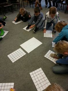 Kringactiviteit voeten meten met volledige betrokkenheid van de leerlingen. Eigen voet omtrekken en het aantal vakjes die erin staan tellen (woorden als 'lengte', 'breedte', 'groter', 'kleiner', vergelijken met elkaar, enzovoort.