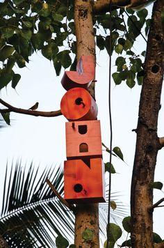 Alfabeto nido (para salvar a los gorriones)  En algunas ciudades del mundo pájaros tan cotidianos como los gorriones (Passeridae) empiezan a escasear.  El motivo es la falta de espacios donde poder hacer sus nidos por el intenso proceso de urbanización.  Para ayudar a estos pájaros a vivir en entornos urbanos el diseñador indio Nishant Jethi ha ideado este alfabeto tridimensional que permite crear todo tipo de rótulos, nombres de calles o números en las ciudades.