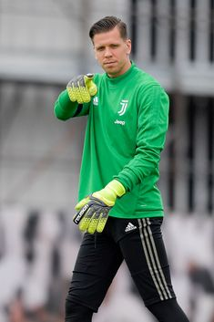 Juventus player Wojciech Szczesny during the Champions League. Juventus Players, Juventus Fc, Thibaut Courtois, Turin Italy, Goalkeeper, Soccer Players, Champions League, Graphic Sweatshirt, October 1