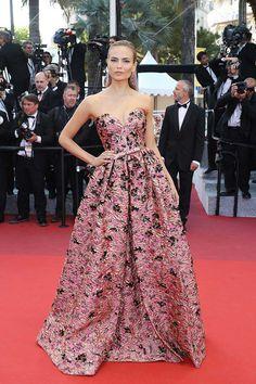 Natasha Poly at Cannes 2016 wearing Prada - Vestido preciosista de Prada. Una estampa que te devuelve la fe en las grandes divas, las mismas que marcaron a trazo de eyeliner la historia de la moda.