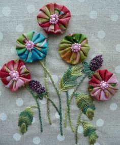 Nice idea, embroidered flower leaves and stems, yo-yo petals with button centers. Flower Crafts, Diy Flowers, Crochet Flowers, Fabric Flowers, Ribbon Embroidery, Embroidery Patterns, Quilt Patterns, Quilting Projects, Sewing Projects