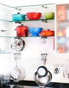 As peças coloridas ficam bem à mostra, compondo a decoração desta cozinha