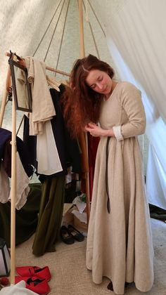 Brushing the hair before braiding it during a medieval event. Living in a medieval tent for a week is both relaxing, tiring and perfectly wonderful. Herjolfnes dress, linen shift, leather belt and a rosary in wooden beads.