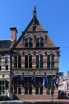 Pand uit 1622 op de hoek van de Nieuwe Ebbingestraat en Spilsluizen NZ in Groningen.