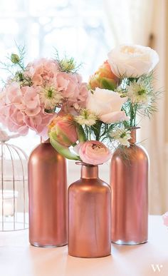 Table top with bottle: See nice ideas to make the table .- Tischplatte mit Flasche: Sehen Sie schöne Ideen, um den Tisch zu dekorieren – Neu dekoration stile Table top with bottle: See Nice ideas for decorating table 14 - Wine Bottle Centerpieces, Wedding Table Centerpieces, Flower Centerpieces, Wedding Decorations, Table Decorations, Rose Gold Centerpiece, Gold Vases, Centerpiece Ideas, Flower Vases