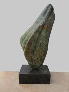 Dit beeld heb ik gemaakt van een steen waarvan ik dacht dat het serpentijn was, maar er zitten ook heel poreuze stukken in. De kleur is prachtig.