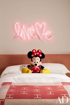 Artist Curtis Kulig's Love Me neon light hangs above the bed of Kourtney Kardashian's daughter Penelope. The hot pink installation, in the family's home in Calabasas, California, complements the warm tones of the Hermès throw blanket below. Architectural Digest, Casa Da Khloe Kardashian, Kardashian Jenner, Girl Room, Girls Bedroom, Bedroom 2017, Girl Nursery, Calabasas Homes, Custom Neon
