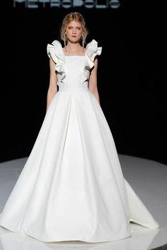 Ideas For Fashion Week Dresses Runway Elegant Bride, Elegant Wedding Dress, Short Wedding Gowns, Gown Wedding, Lace Wedding, Bridal Fashion Week, Bridal Style, Bridal Dresses, Beautiful Dresses