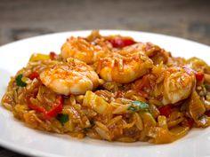 Βράζουμε το κριθαράκι σε μπόλικο νερό που έχουμε ρίξει μία κουταλιά σκόνη λαχανικών (δε θέλουμε να ψηθεί εντελώς). Το σουρώνουμε και το αφήνουμε στην άκρη al dente. Σε ένα μεγάλο τηγάνι σοτάρουμε το κρεμμύδι σε λίγο λάδι και Greek Recipes, Veggie Recipes, Fish Recipes, Seafood Recipes, Cookbook Recipes, Cooking Recipes, Greek Menu, Healthy Eating Tips, Fish And Seafood